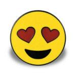 """Pin mit Motiv """"Lächelndes Gesicht mit herzförmigen Augen"""""""
