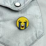 Emoji Smiley Gesicht weinend auf Jeans